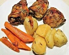 Supremas de Pollo rebosadas con Vegetales al horno y Salsa de Pimentón